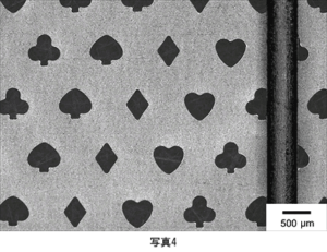 チタン箔へのトランプ柄微細加工とシャープペンシル0.5 mm芯との比較 孔サイズ:約600 μm 厚さ:5 μm