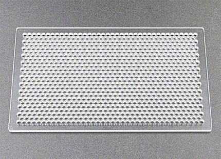 樹脂パンチング加工例(アクリル樹脂への狭ピッチの孔あけ加工)